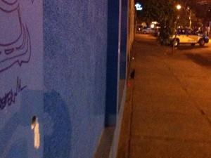 Muro em frente ao PAM tem marca de tiro (Foto: Bernardo Tabak/G1)