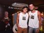Irmãos Rodrigo Simas e Bruno Gissoni, solteiros, se divertem na Bahia