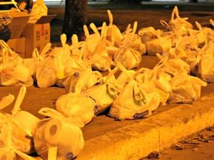 Cerca de 100 kits foram montados para serem entregues aos moradores de rua (Foto: Desireé Galvão/ G1)