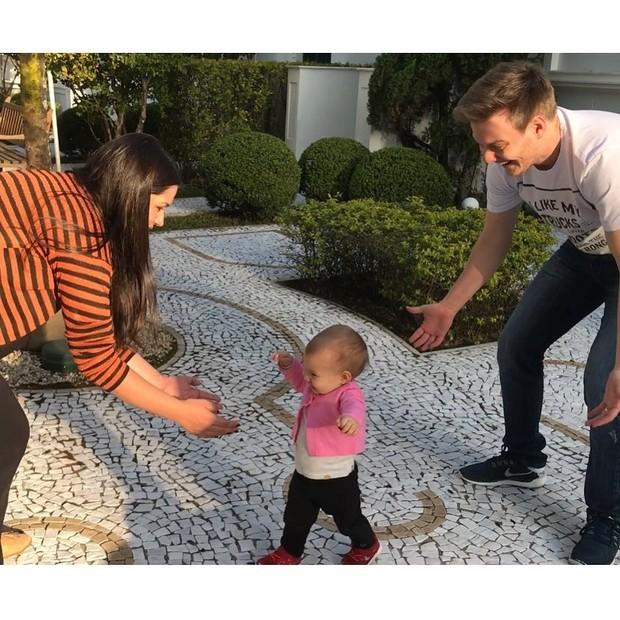 Melinda aprendendo a andar (Foto: Reprodução/Instagram)