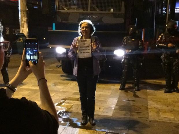 Mulher protesta em frente aos policias do Choque, posicionados posicionados ao lado da entrada do metrô Faria Lima (Foto: Fábio Tito/G1)