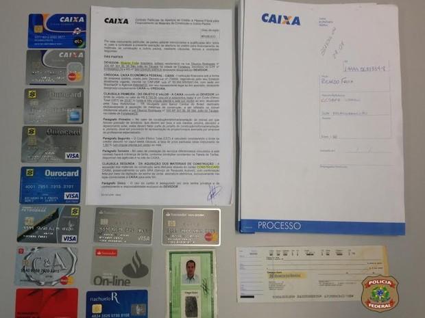 Homem foi preso com vários documentos falsos, diz Polícia Federal (Foto: PF/Divulgação)