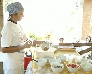 Oficina 'Sabores e Saberes ensina a fazer uma pizza mais saudável (Foto: Reprodução RJTV 1ª Edição)