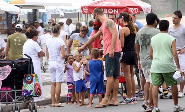 Rodrigo Hilbert vai com os filhos à praia, no Rio (Foto: J.Humberto / AgNews)