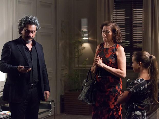 Marta leva Bruna na Império para contar sobre câmera para Zé (Foto: Artur Meninea/Gshow)