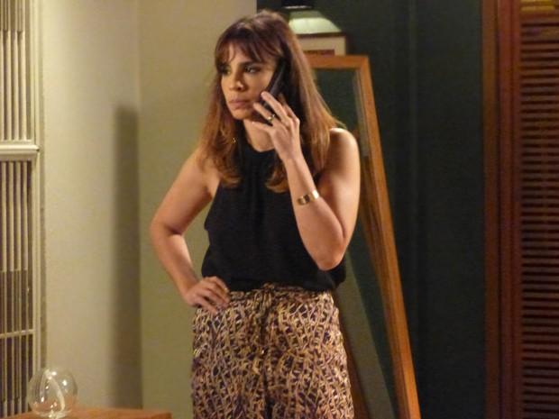 Amanda pede o divórcio pelo celular (Foto: TV Globo)