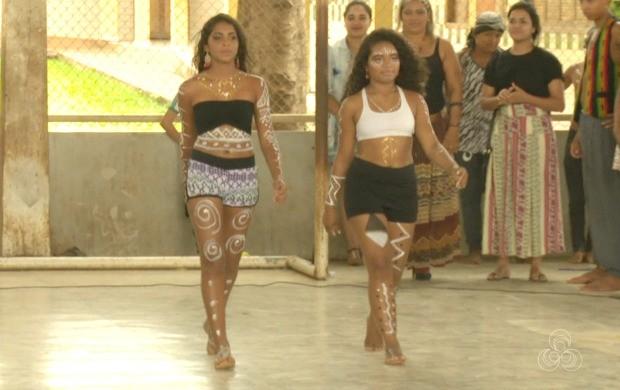 Estudantes desfilaram exibindo roupas da cultura africana durante o evento em Rio Branco (Foto: Bom Dia Amazônia)