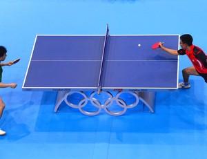 Hugo Hoyama e Zengyi Wang no tênis de mesa (Foto: Agência AFP)