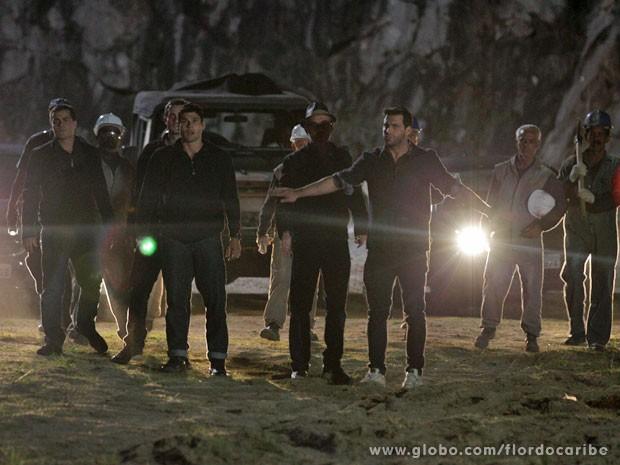 Cassiano impede que tenentes persigam Alberto (Foto: Flor do Caribe / TV Globo)