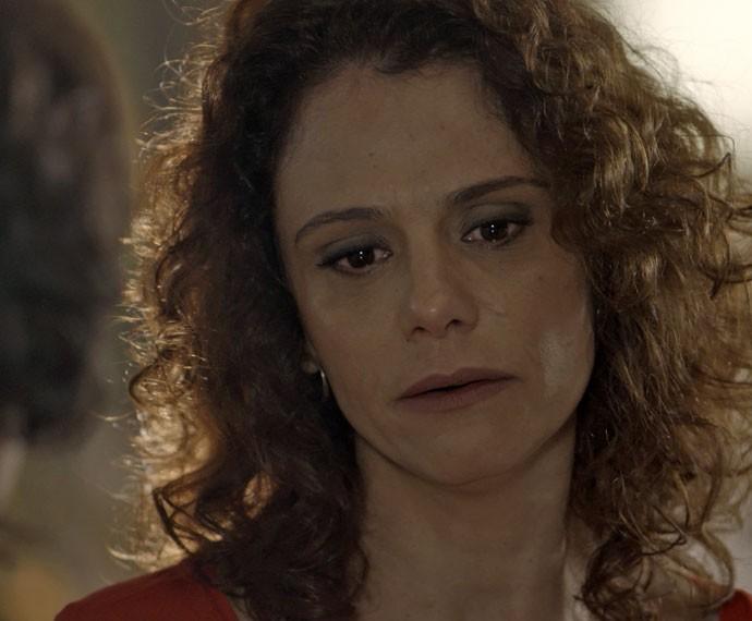 Arrasada, Irene pede a ajuda de Isabel (Foto: TV Globo)