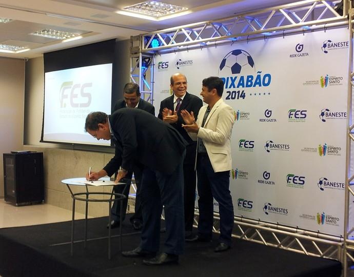 Momento da assinatura do contrato dos direitos de transmissão do Capixabão 2014 (Foto: João Brito)