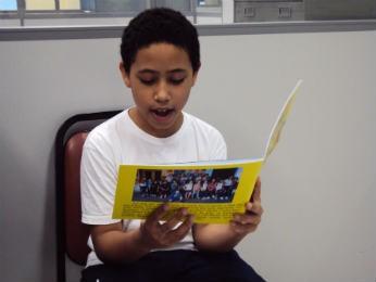 Fernando Santos diz que quer ser escritor após fazer poesia para o livro (Foto: Tatiana Lopes/G1)
