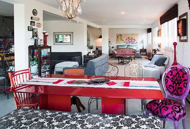 O loft para visitas – com quarto, sala e cozinha – tem decoração boho (Foto: O loft para visitas – com quarto, sala e cozinha – tem decoração boho)