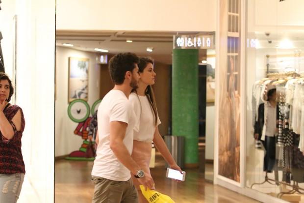 Kleber Toledo Passeia com sua Amada Camila Queiroz (Foto: AgNews  / AgNews)