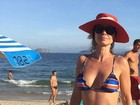 Paula Burlamaqui posa de biquíni e mostra boa forma aos 50 anos