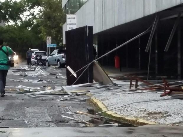 Ventania derrubou estruturas de metal na Prefeitura do Recife (Foto: Katherine Coutinho/G1)