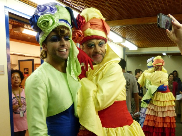 Henri Castelli e Jean Pierre Noher se divertiram com o figurino (Foto: Flor do Caribe/ TV Globo)