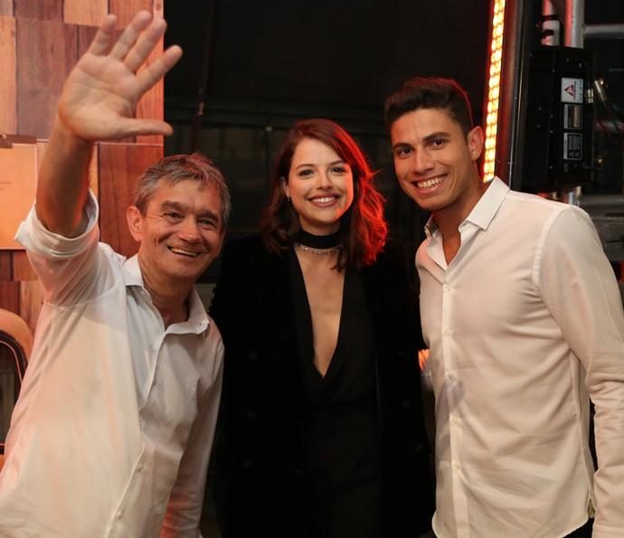 Thiago Braz faz foto com Serginho Groisman e Agatha Moreira (Foto: Carol Caminha/Gshow)