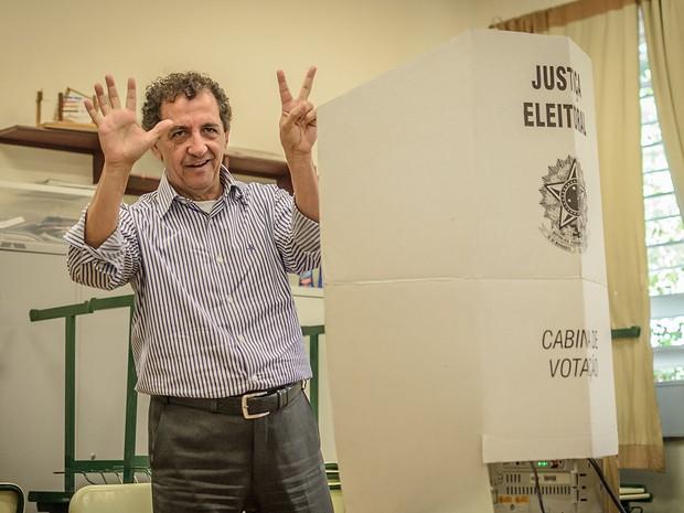 O candidato à prefeitura de Franca, Gilson de Souza (DEM) registra o voto na Escola Caetano Petraglia, no bairro Cidade Nova (Foto: Igor do Vale/G1)