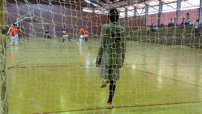 Goleiro com má formação na perna é titular em equipe de futsal no Tocantins (Foto: Vilma Nascimento/GloboEsporte.com)