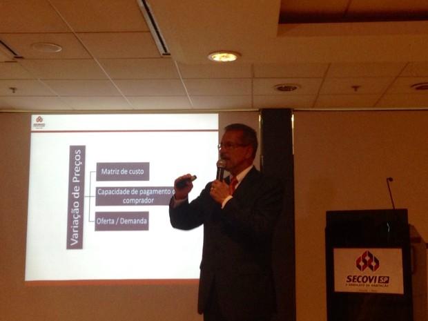 O presidente do Secovi, Cláudio Bernardes, apresenta os dados (Foto: Anay Cury/G1)