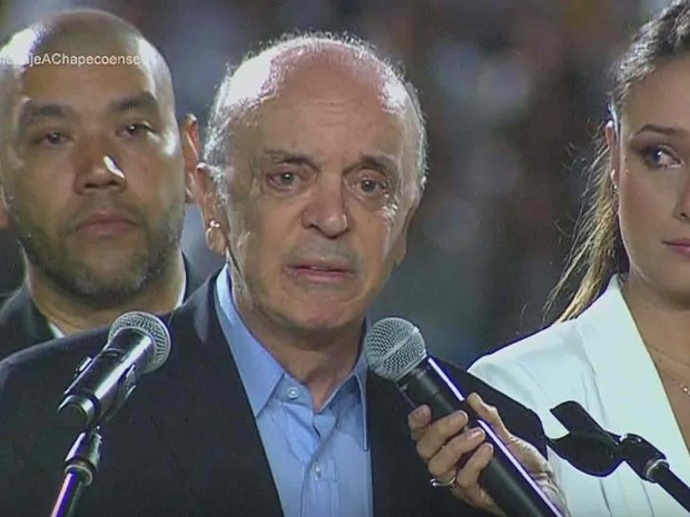Ministro das Relações Exteriores do Brasil, José Serra, fala durante cerimônia de homenagem às vítimas do acidente do avião da Chapecoense (Foto: Reprodução/ YouTube/ Telemedellín+)