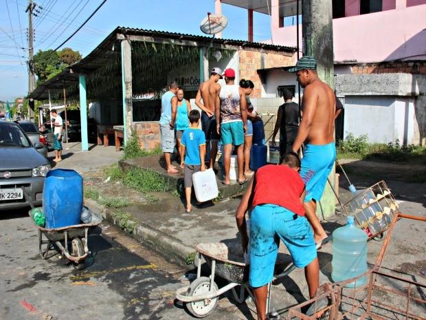 Nos últimos três dias Zonas Norte e Leste de Manaus sofre com falta d'água (Foto: Adneison Severiano/G1 AM)