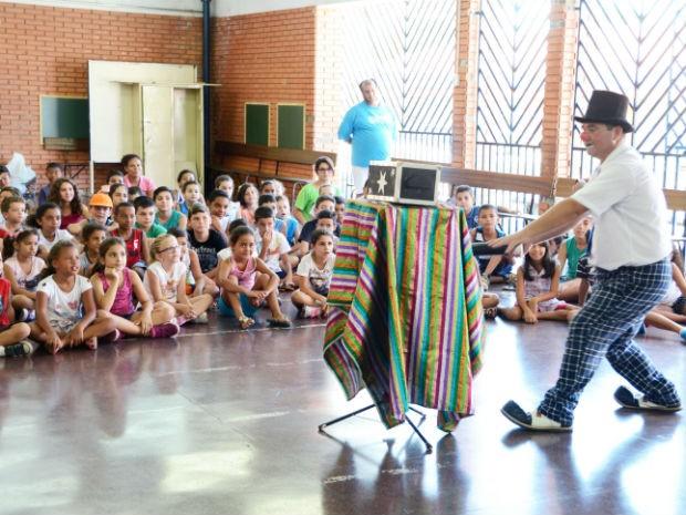 """Palhaço Giló fez um show de mágica para as crianças na E.M. """"Hélio Rosa Baldy"""" (Foto: Emerson Ferraz)"""