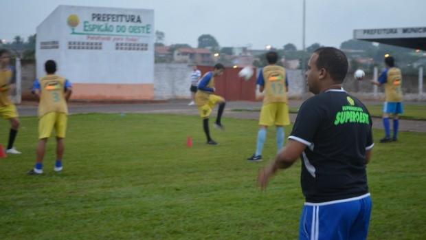 Tiago Batizoco comanda treino do Espigão (Foto: Magda Oliveira/GLOBOESPORTE.COM)