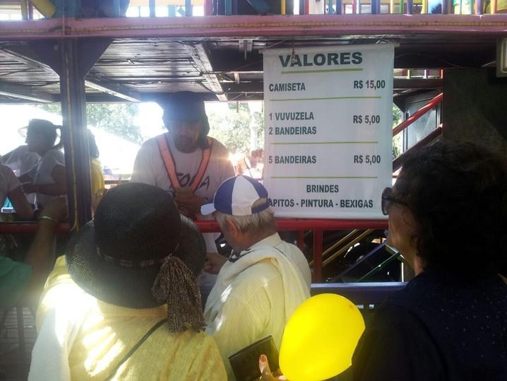 Em Ribeirão Preto, camisetas, cornetas e bandeiras estão sendo vendidas para os participantes da manifestação