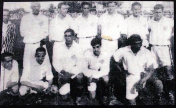 Time do Santos em 1929. Araken Patusca é o quarto agachado (Foto: reprodução)