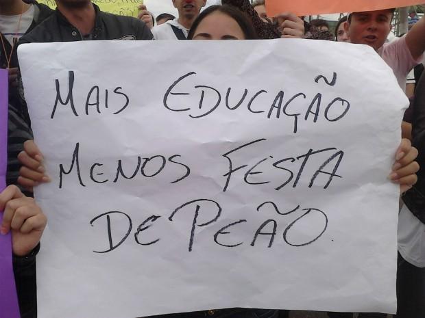 Alunos cobram posição da prefeitura (Foto: Cláudio Nascimento / TV TEM)