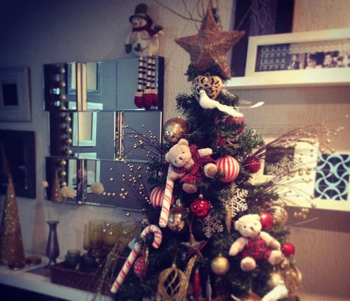 Decoração criativa: o Papai Noel subiu no espelho e os ursinhos na árvora (Foto: Divulgação)