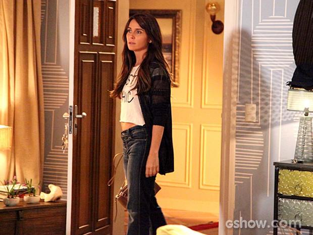Clara fica muito irritada com as insinuações do marido e decide dormir fora (Foto: Carol Caminha / TV Globo)