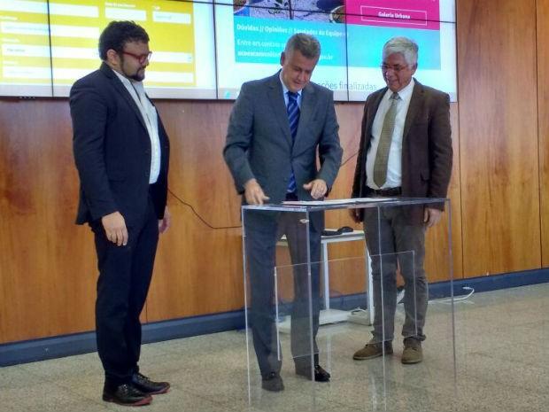 Rollemberg firmou parceria com presidentes da CIALP e da CODHAB (Foto: Beatriz Pataro/G1)