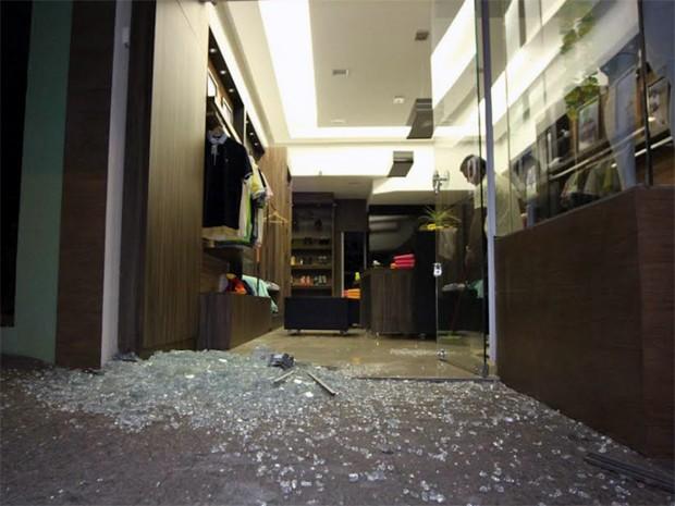 Dupla invadiu loja de roupas localizada na região central de São Carlos (Foto: Maurício Duch)