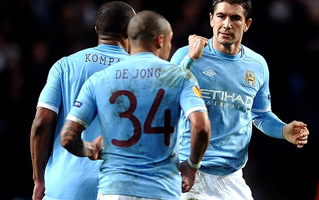 Aleksandar Kolarov comemora gol do Manchester City (Foto: Getty Images)