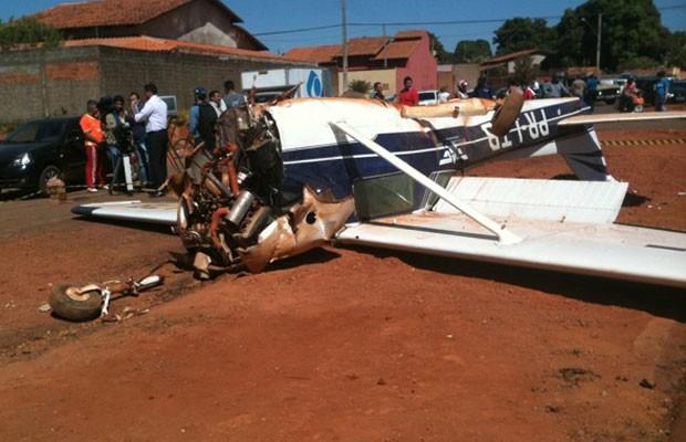 Avião faz pouso forçado na Avenida Leste-Oeste, em Goiânia (Foto: Humberta Carvalho/G1)