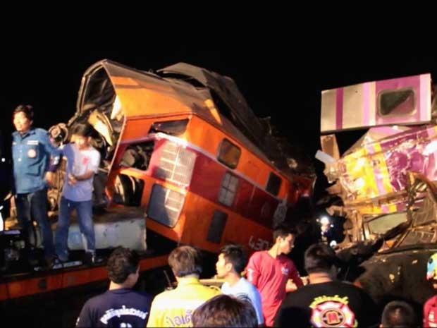Trens colidiram em Bangcoc. (Foto: Thai News Network TV / Via AP Photo)