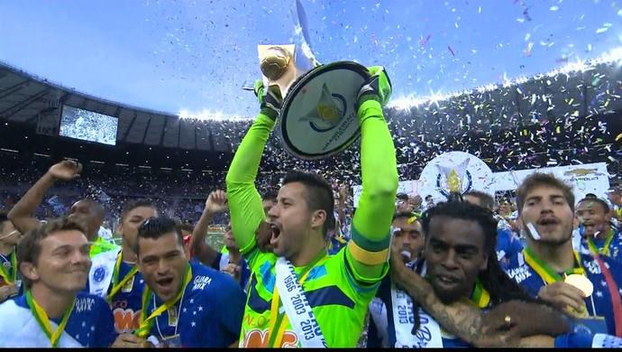 Jogadores do Cruzeiro comemoram o título de campeão brasileiro (Foto: Reprodução / TV Globo Minas)