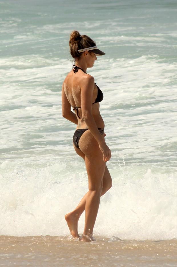 Fernanda Lima na praia do Leblon, no RJ (Foto: JC Pereira/AgNews)