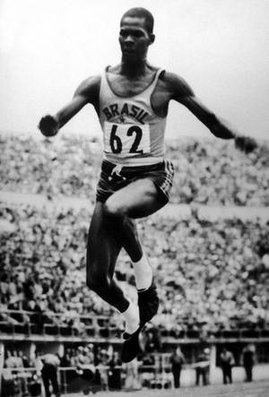 atletismo Adhemar ferreira da silva 24 de julho de 1952 medalha de ouro olimpíada de helsinque  (Foto: Agência Getty Images)