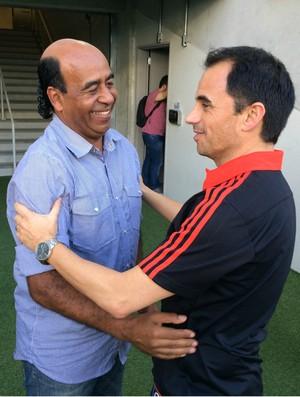 Moura e Rodrigo Caetano se reencontram na Arena das Dunas, em Natal (Foto: Jocaff Souza/GloboEsporte.com)