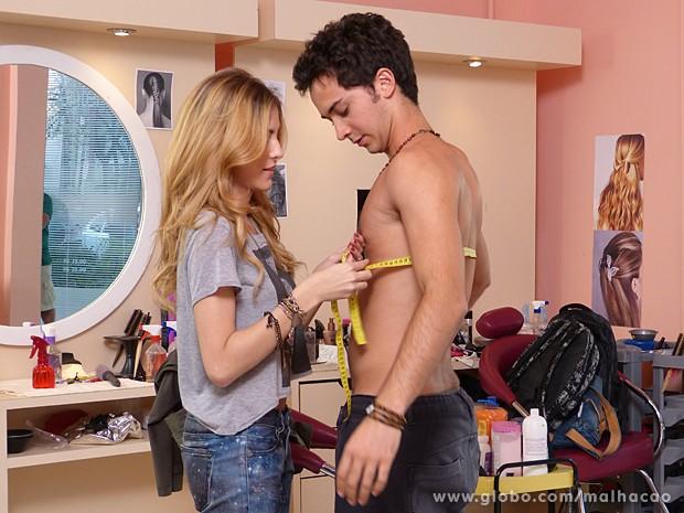 Sofia se aproxima de Ben e joga charme para o boy magia (Foto: Malhação / TV Globo)