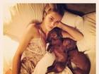 Rosie Huntington faz alegria dos fãs ao postar foto de camisola sexy