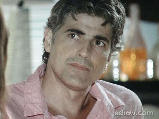Cadu fica bravo com as declarações de Clara (Foto: Em Família / TV Globo)
