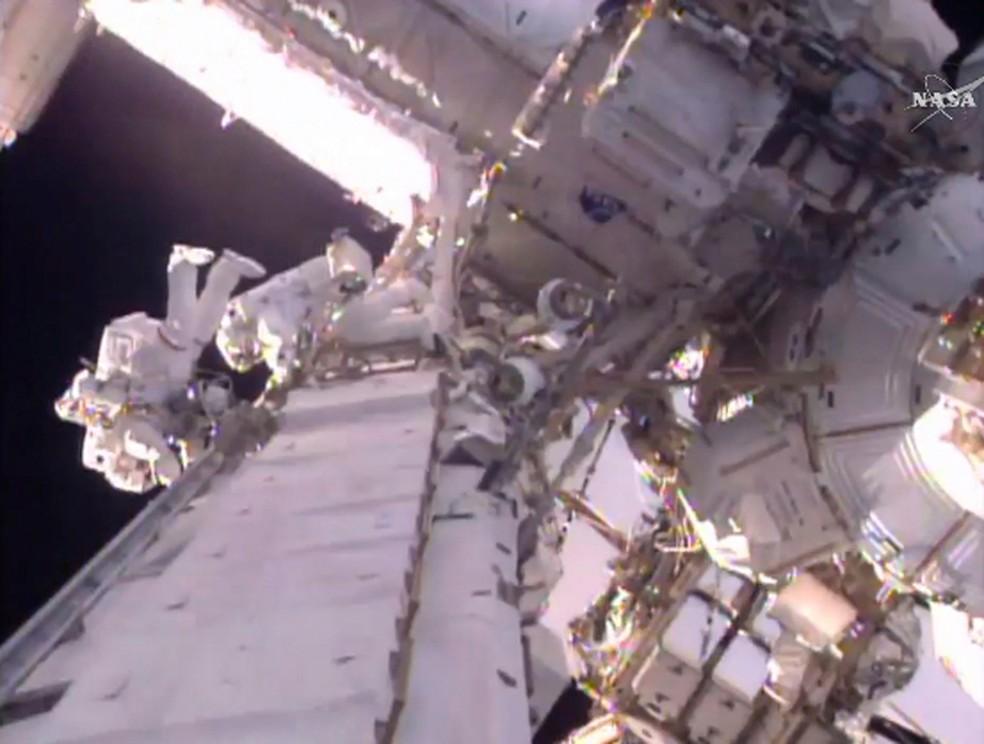 Astronautas dos EUA e França iniciam caminhada espacial