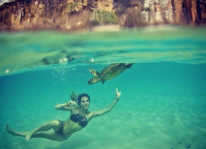 Giovanna Ewbank mergulha com tartaruga em Fernando de Noronha (Foto: Arquivo Pessoal)
