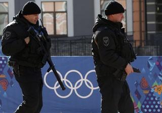 Do lado de fora de área olímpica, militares andam com fuzis de forma ostensiva para inibir ataques (Foto: Sergei Karpukhin/Reuters)