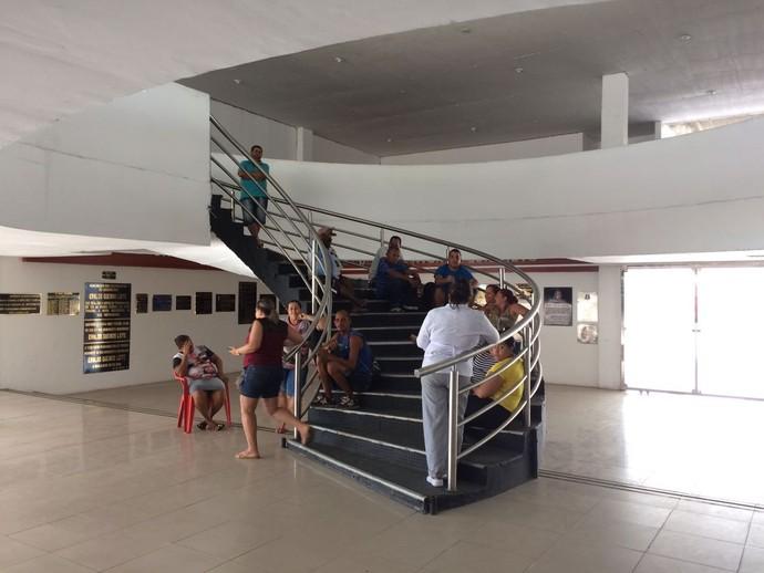 Funcionários do Santa Cruz  (Foto: Rodrigo Raposo (TV GLOBO NORDESTE))